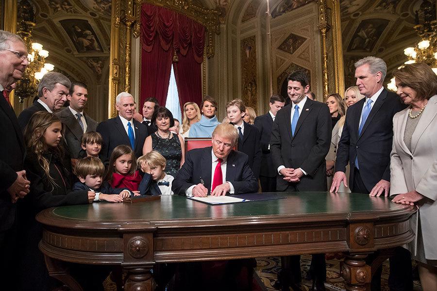 2017年1月20日,特朗普與國會議員及家人們一起在國會總統室簽署兩項重要的內閣人事任命案。(J. Scott Applewhite – Pool/Getty Images)