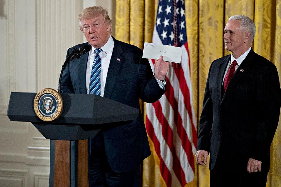 2017年1月22日,特朗普在白宮高級官員的宣誓就職儀式上發表演說,手中拿著的白色信封是奧巴馬總統留在橢圓辦公桌的一封給繼任者的信。(Andrew Harrer-Pool/Getty Images)