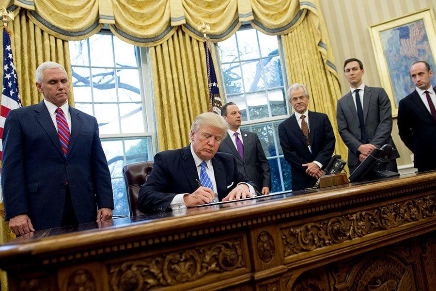 特朗普總統經濟顧問納瓦羅(Peter Navarro)周日(3月4日)現身為特朗普的鋼鐵和鋁材關稅辯護,形容此事事關國家安全。他並指出,中共是鋼鐵問題的根源。(SAUL LOEB/AFP/Getty Images)