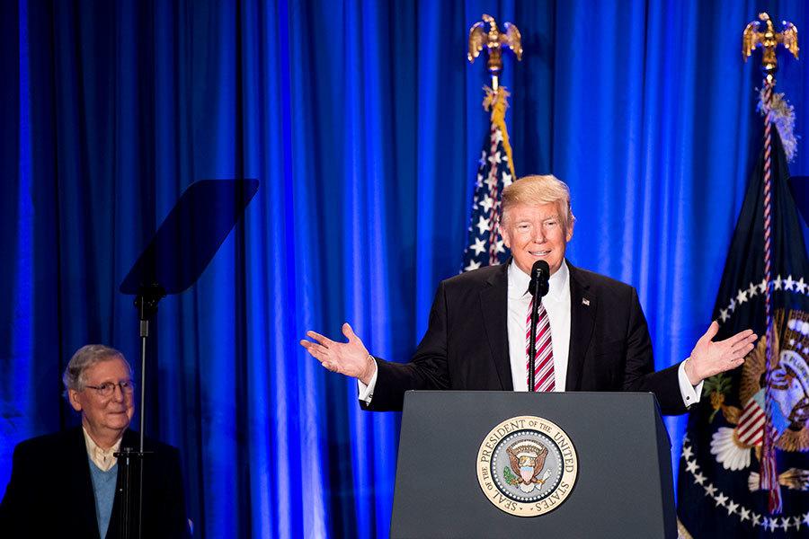 2017年1月26日,特朗普首次乘坐空軍一號前往費城參加共和黨內部會議並發言。其左是共和黨參議院多數黨領袖麥康納。(Bill Clark-Pool/Getty Images)