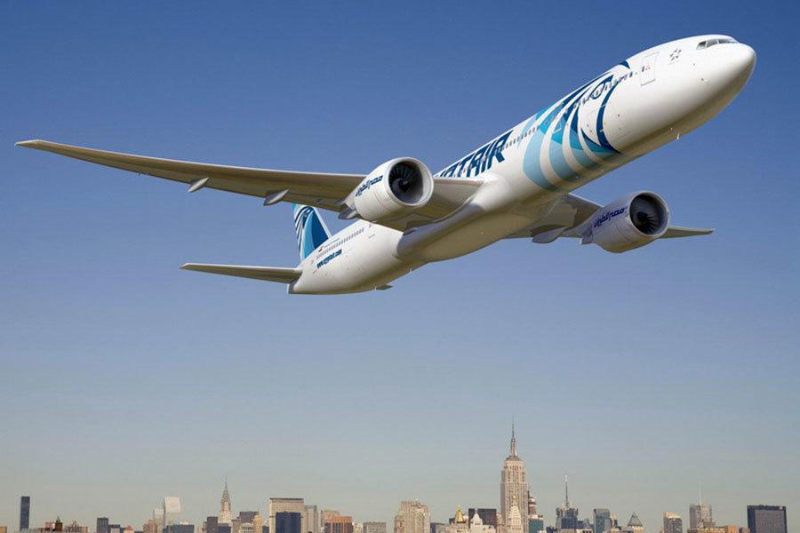六名來自伊拉克,一名來自也門的乘客星期六被禁止從開羅搭乘埃及航空(EgyptAir)班機前往美國。圖為從紐約甘迺迪國際機場起飛的埃及航空777客機。(埃及航空)