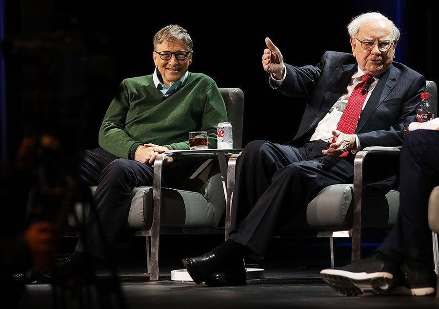 2017年1月27日,巴菲特(右)與比爾蓋茨(左)在紐約哥倫比亞大學參加活動。(Spencer Platt/Getty Images)