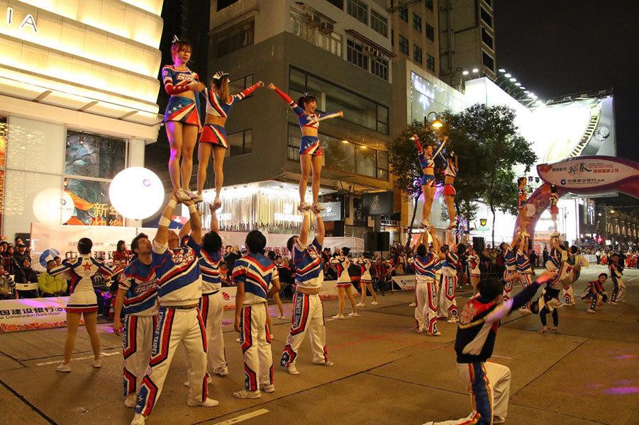 大年初一,香港旅發局舉行新春花車巡遊,慶祝丁酉雞年的到來。圖為巡迴表演的隊伍。(攝影:Dennis Law)