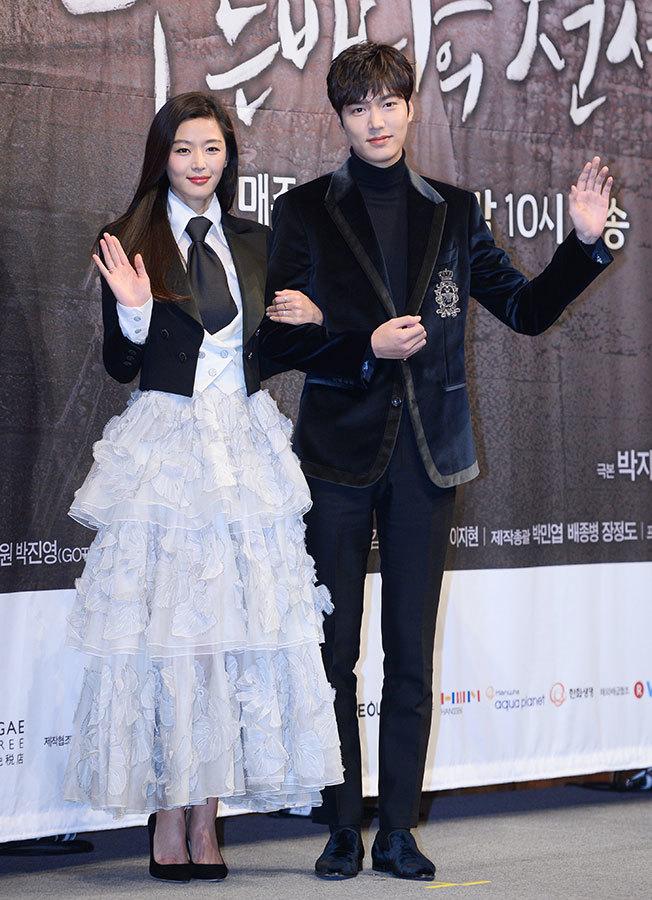 人氣韓劇《藍色大海的傳說》的主角全智賢(左)和李敏鎬。(newsis)