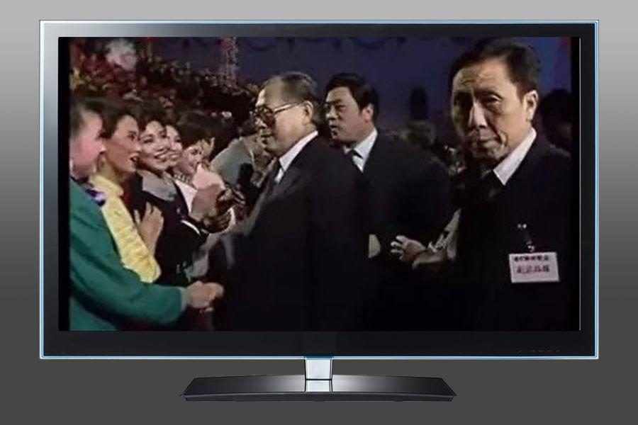 1990年央視晚會,宋祖英(綠衣者)被江澤民「盯上」。(視像擷圖)