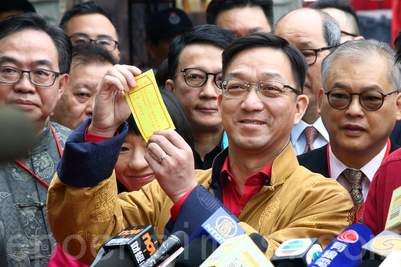 鄉議局主席劉業強在車公廟為香港求得第六十一上籤。(李逸/大紀元)