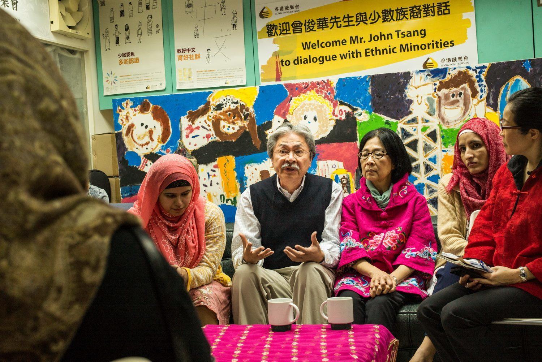 前財政司司長曾俊華今日(29日)到訪專為本港少數族裔提供社區服務的融樂會(Unison),與多個少數族裔家庭會面,了解他們生活的各種困難。(曾俊華Facebook專頁)