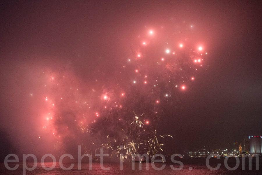 圖為大年初二(1月29日)晚上在陰霾下的維多利亞港上演的賀歲煙花匯演。(郭威利/大紀元)