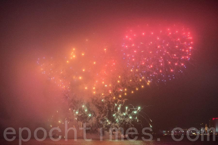大年初二晚上的賀歲煙花匯演在陰霾下的維多利亞港燃放,約有28萬港人在維港兩岸欣賞。(郭威利/大紀元)