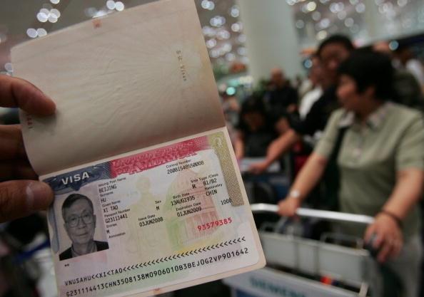 根據特朗普最新行政命令,留學簽證、訪問學者和工作簽證等需續簽美國的簽證者,即日起都必須進行面試。(China Photos/Getty Images)
