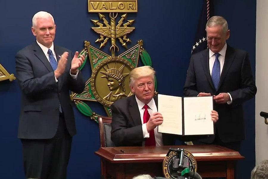 美國總統特朗普簽署重建美國軍隊總統令。(白宮視像擷圖)