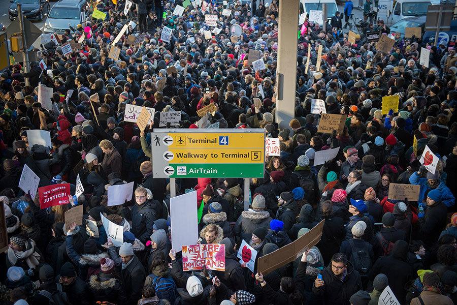 特朗普(川普)總統27日簽署移民行政命令引發爭議,28日數千人到全美各地數個國際機場抗議。圖為28日晚間在紐約肯尼迪機場的抗議人群。(BRYAN R. SMITH/AFP/Getty Images)
