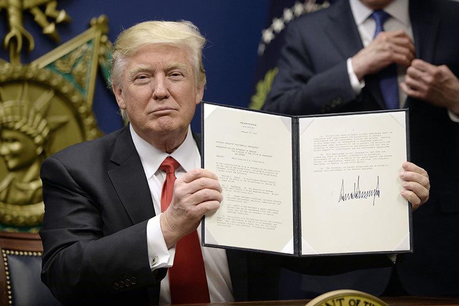 特朗普27日在國防部簽發移民行政命令。(Olivier Douliery-Pool/Getty Images)
