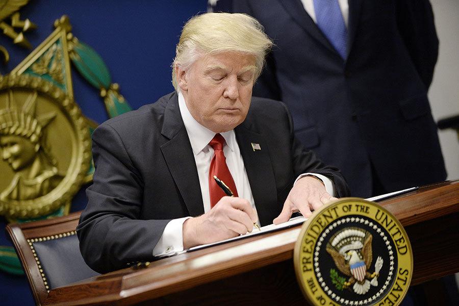 特朗普(川普)總統27日在國防部簽署移民行政命令。(Olivier Douliery-Pool/Getty Images)