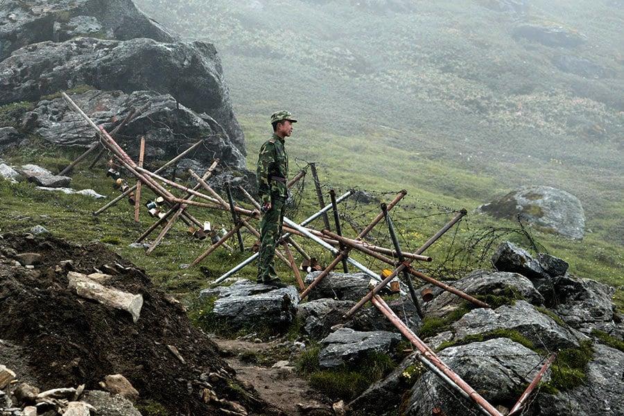 印度增千四公里邊境軍事部署 中方多兵種演練