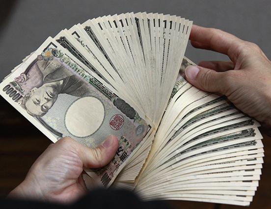 反映海外經濟改善和日圓貶值,日本銀行昨天上修經濟增長預測。(AFP)