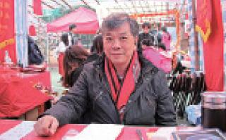 車公廟外的解籤師傅陳天恩,2012年曾憑籤文「神鬼如何兩不分」預測梁振英會做特首,他指梁特無仁德,上任後已失去個人運程。