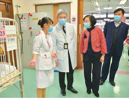 陳肇始(右二)和梁栢賢(右一),昨日到兩間醫院探望前線醫護員工。圖為兩人探訪屯門醫院兒童病房。(政府新聞網)