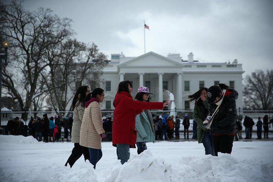 當北京遇上華府,有九個問題是「禁區」。圖為在白宮前的中國遊客。(Alex Wong/Getty Images)