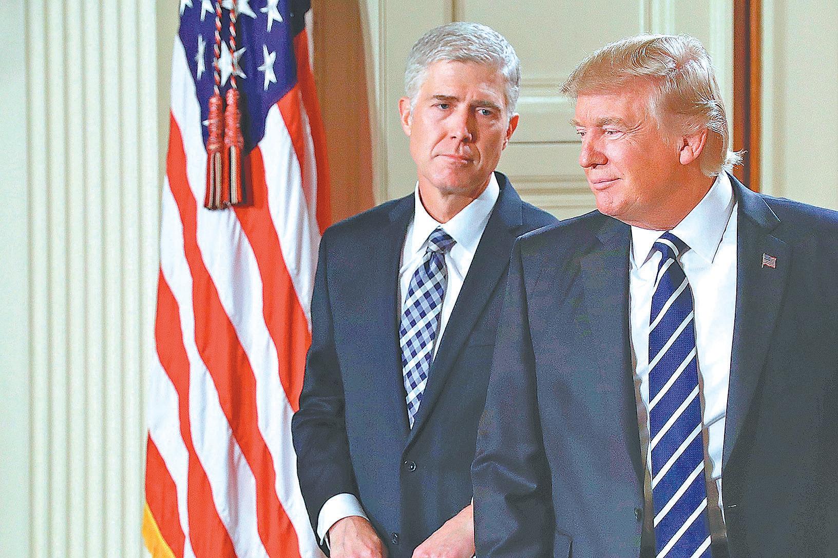 特朗普(右)正式提名戈薩奇(左)出任美國最高法院大法官。(Getty Images)
