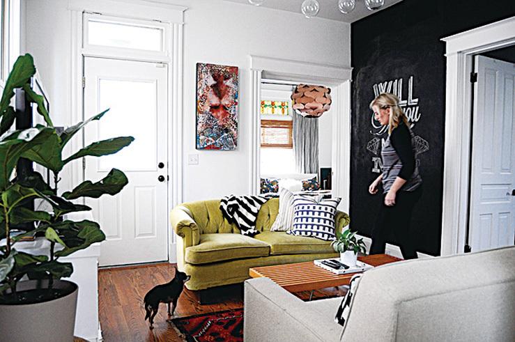 把一面牆油成黑色,營造與別不同的風格。(Flickr)
