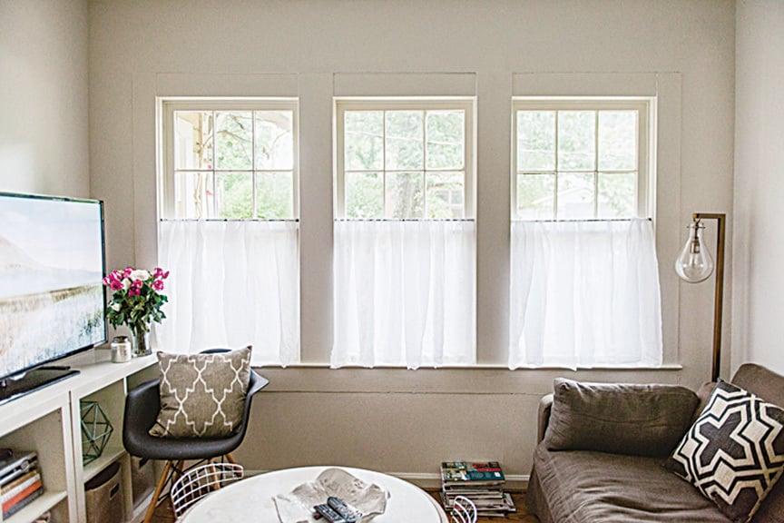 白色半截窗簾讓家居有乾淨舒適的感覺。(網絡圖片)