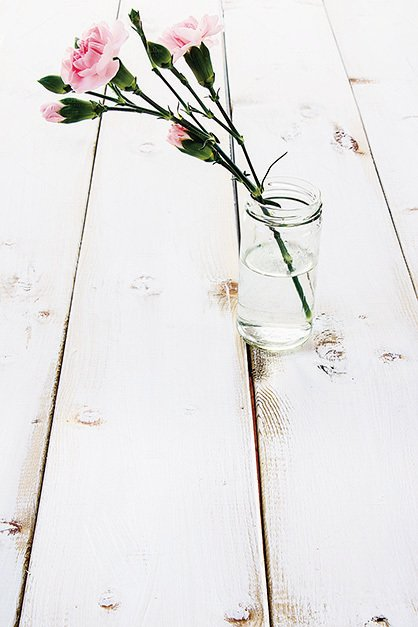 廢棄的瓶子,插上美麗的花朵,會令人產生不一樣的感覺。(Fotolia)