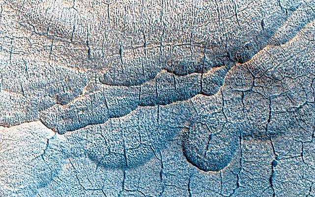 NASA發佈哈勃太空望遠鏡拍攝的最新火星表面照片。火星表面之下被認為存在大量的水。當水消失時,地面下沉,並產生扇貝形的窪地和多邊形槽。(NASA)