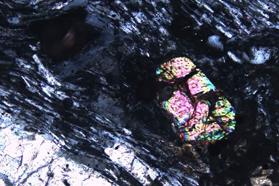 研究人員在毛里求斯島發現的鋯石。(研究視像擷圖)