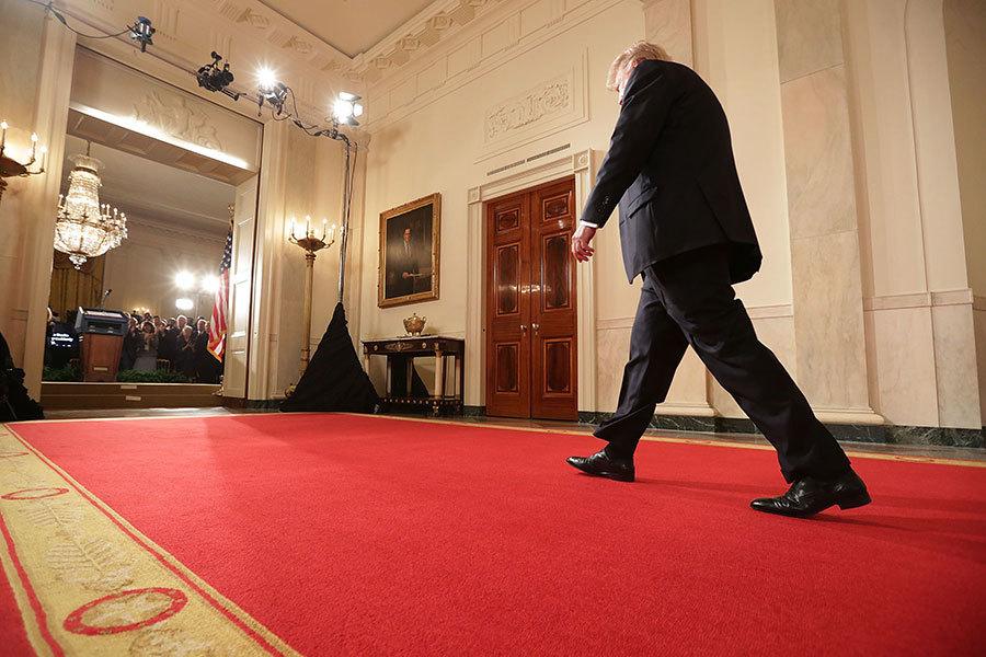 1月31日特朗普步入白宮東廳,準備宣布最高法院大法官提名人選Neil Gorsuch。(Chip Somodevilla/Getty Images)