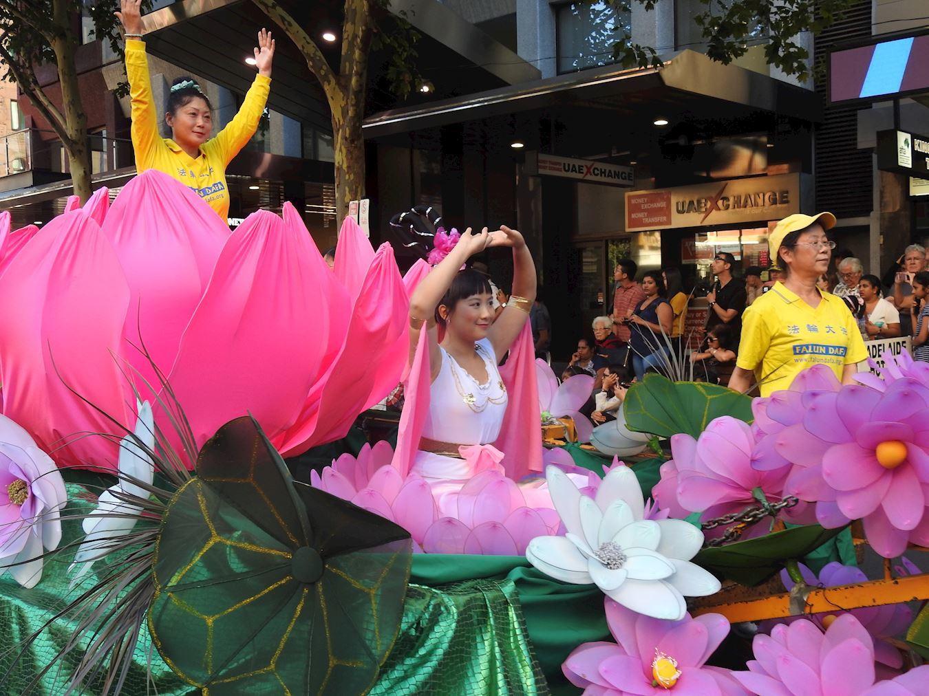 南澳部份法輪功學員受阿德雷德市政府邀請參加國慶慶典及遊行受到民眾歡迎。(明慧網)