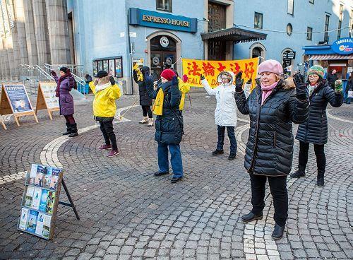 在斯德哥爾摩繁華的鬧市區(Hotorget)法輪功學員舉辦弘法講真相活動,法輪功學員向民眾演示功法。(明慧網)