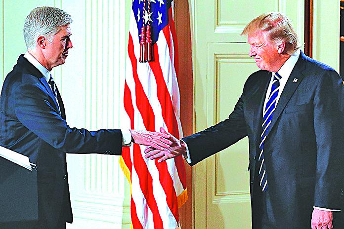 特朗普(右)提名戈薩奇(左)為大法官人選。特朗普2月1日表示,若民主黨人阻撓對戈薩奇的確認,將不惜採取非常手段。(AFP)