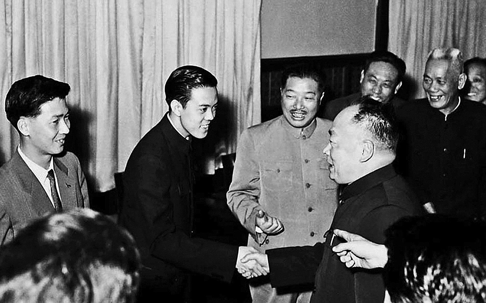 1959年4月,容國團為中國奪下了第一個乒乓球男子單打世界冠軍,成為中國體育史上的第一個世界冠軍。圖為容國團載譽歸國受到國務院副總理陳毅(前)的接見。(網絡圖片)