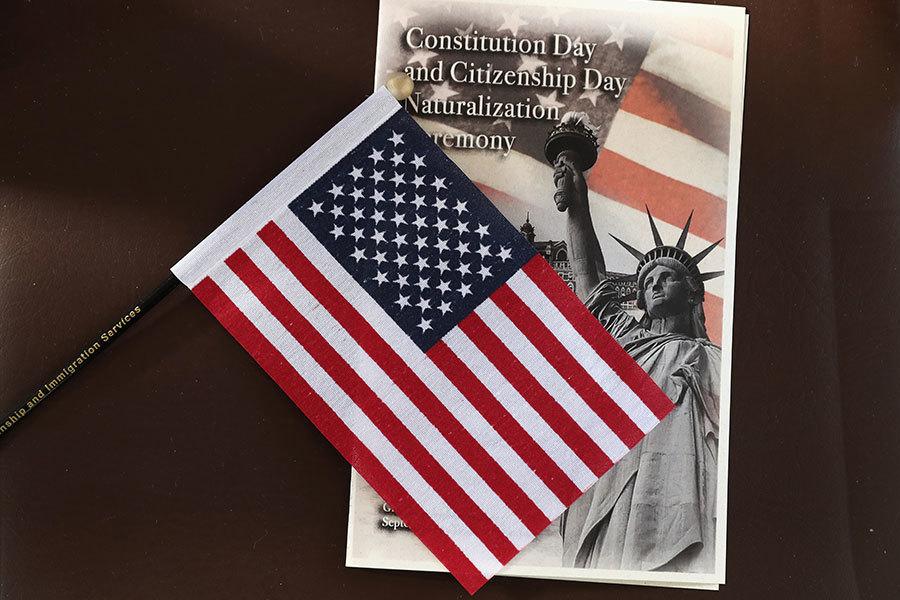 美國移民局官員告訴大紀元,共產黨員不能入境美國,不能成為美國公民,但是可以請求豁免。移民官員還說,倡導共產主義的人也不能入籍。(John Moore/Getty Images)