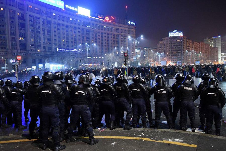 示威民眾同警方對峙。(AFP/Getty Images)