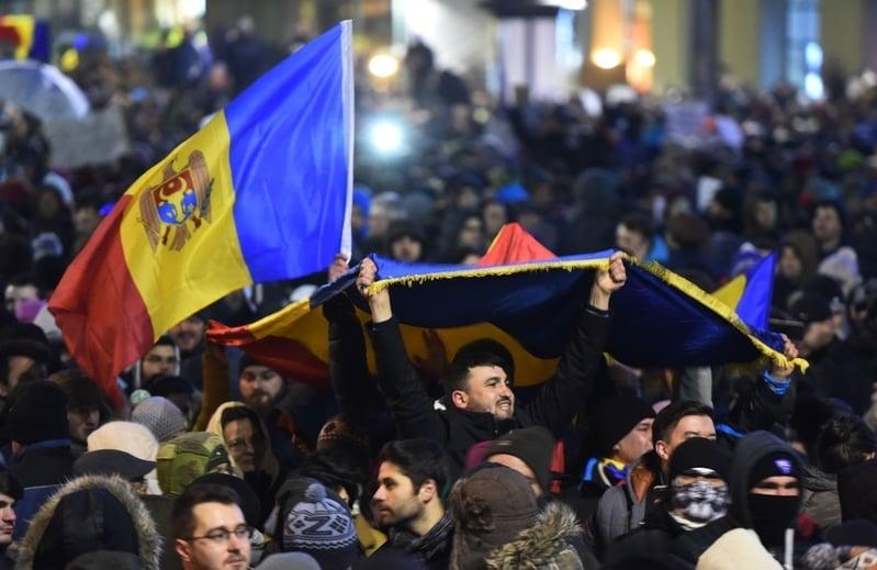 羅馬尼亞各地有數十萬人走上街頭,抗議政府為貪腐官員脫罪。(AFP/Getty Images)