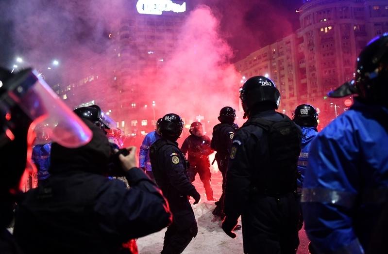政府大廈前,警方施放催淚彈回擊。(AFP/Getty Images)