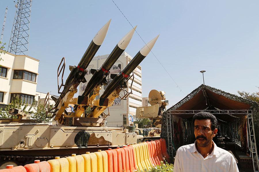 在伊朗上周日試射彈道導彈之後,美國加強對伊朗相關實體的制裁,新上任的國防部長馬蒂斯稱伊朗為全球最大的恐怖主義支持國。圖為2016年9月26日,德黑蘭戰爭展覽上的導彈。(ATTA KENARE/AFP/Getty Images)