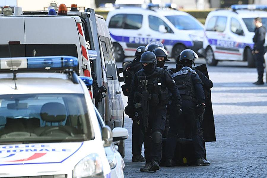 一名男子3日上午在與巴黎羅浮宮相連的地下商場內,持刀襲擊巡邏中的軍人,迅速被開槍擊傷制伏,法國政府認為此案具恐怖襲擊性質。除了一名軍人遭砍傷外,沒有遊客受傷。(Getty Images)