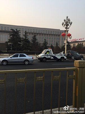 網民上傳圖片,指被拖車輛即為撞翻的吉普車。(網絡圖片)