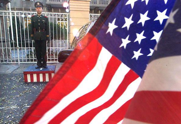 原定於2月7日赴洛杉磯等地演出、來自北京由37人組成的國家級演出團體被美國大使館集體拒簽,令主辦單位相當尷尬。圖為北京美國大使館前的美國國旗。(AFP/Getty Images)