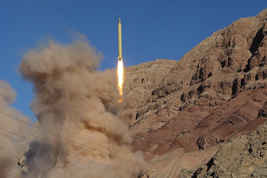 在伊朗上周日(1月29日)發射彈道導彈之後,2月3日,美國特朗普政府對12家實體和13名個人實施制裁。圖為去年伊朗發射導彈。(MAHMOOD HOSSEINI/AFP/Getty Images)