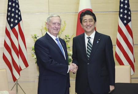 馬蒂斯(左)3日抵達東京,與日本首相安倍晉三(右)會面。馬蒂斯重申了美國對《美日安保條約》的承諾,並表示安保條約適用於釣魚島(日本稱尖閣諸島)。(EUGENE HOSHIKO/AFP/Getty Images)