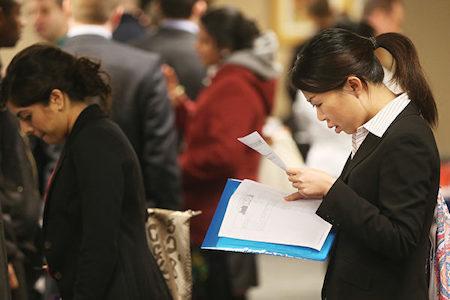 在日本首相安倍晉三與美國總統特朗普會晤前夕,路透社2日引述知情人士的話說,日本即將推出一項一籃子計劃,在美國創造70萬個就業機會。圖為求職者在招聘會尋找工作機會。(Mario Tama/Getty Images)