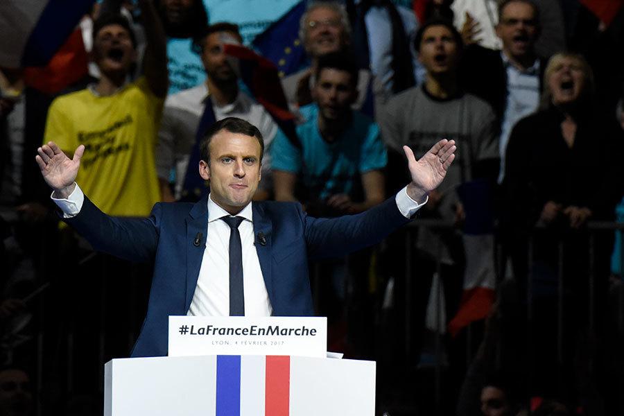 圖為2月4日,法國中間派總統候選人馬克隆在里昂舉行造勢會,有1萬8千民眾參與。(JEAN-PHILIPPE KSIAZEK/AFP/Getty Images)