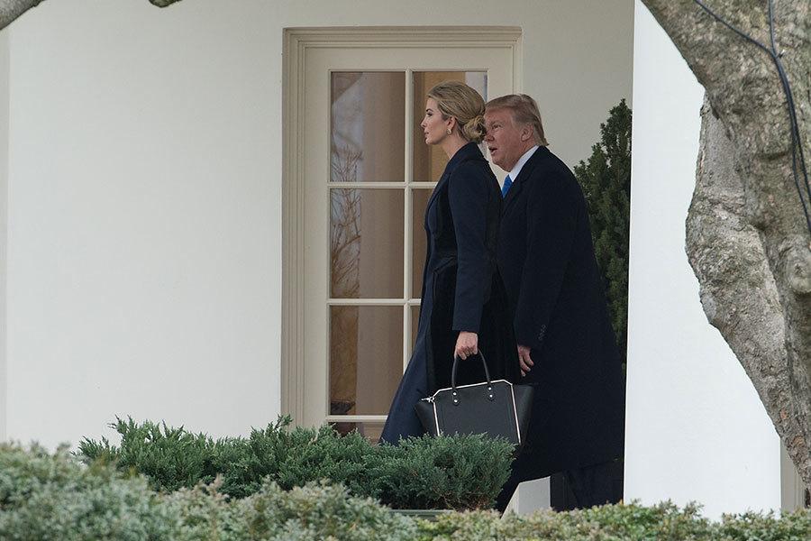伊萬卡和特朗普一起走出白宮橢圓辦公室。(NICHOLAS KAMM/AFP/Getty Images)