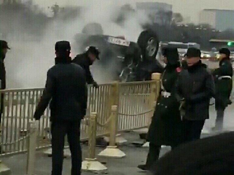 2月3日發生在北京天安門廣場前的離奇翻車案詭異,目前已有2網民被刑拘,一視頻網站被關閉。(視像擷圖)