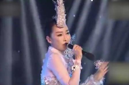 陸女歌手麥克風拿反 網友:假唱新高度