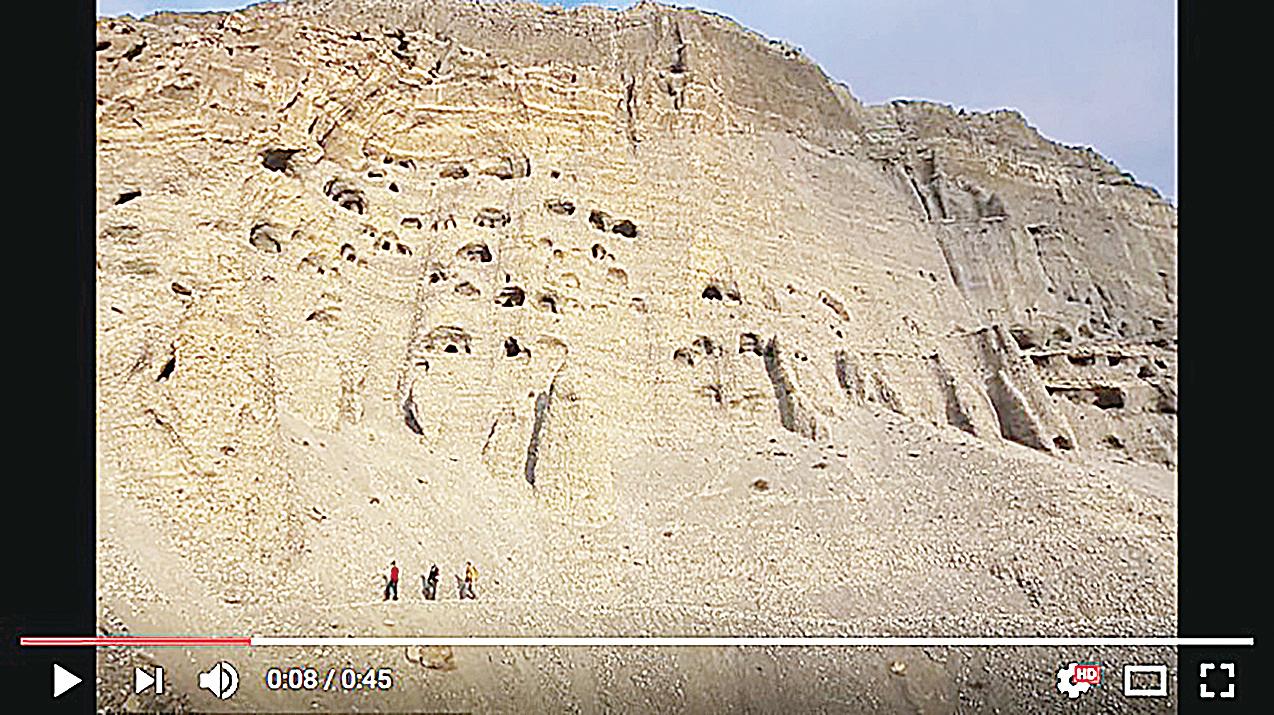 尼泊爾的峭壁上有上萬個神秘洞穴,從中還發現古代佛教文物。(視頻截圖)